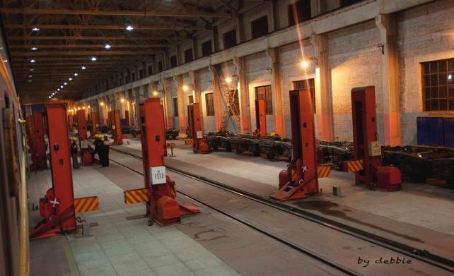 已到達中國的邊境檢查站二連浩特,火車正駛進二連車廠進行換軌