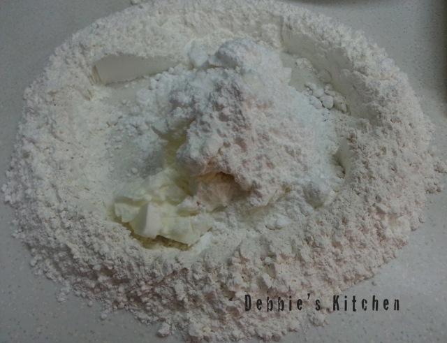 中間放入臭粉、梳打粉、糖粉和白油