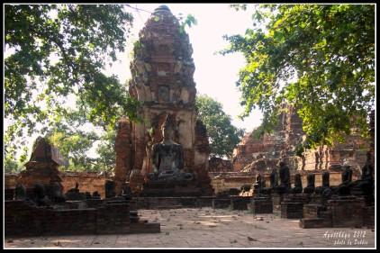 這就是主塔(高棉式高塔),被砍下頭和曾燒燬的彿像圍繞著