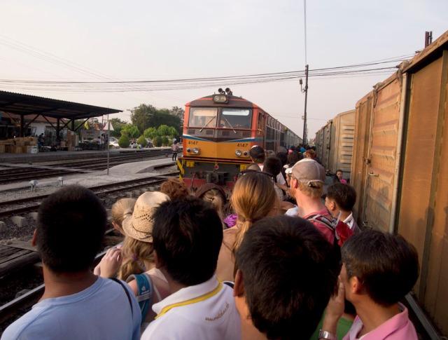 火車漸漸靠站,大家都爭著上車