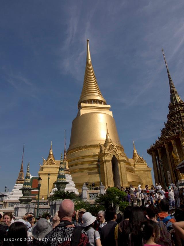 玉佛寺的金色舍利塔 Phra Siratana Chedi