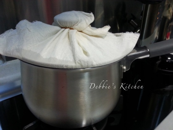 7. 用布包住鍋蓋,然後蓋上,可防止水蒸氣滴在飯面。用中火煮約7分鐘,轉慢火煮45分鐘(期間盡量不要開蓋)至飯變得鬆軟。