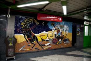 踏入地鐵站後經過走廊一直到月台都有壁畫,好像展覽廳