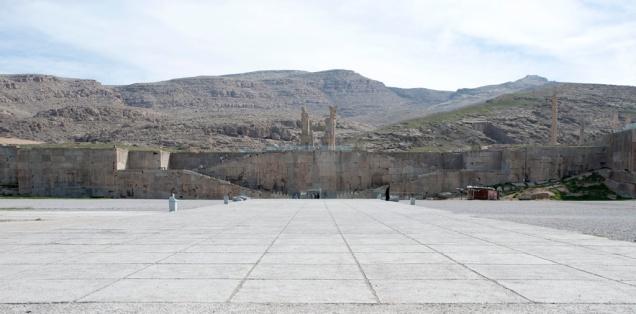這條長長大道前面就是整座皇宮坐落的平台,左右各有一條梯級Terrace Stairway通往平台