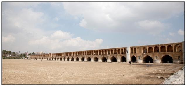 Si-o-Seh Bridge 有33個橋孔的三十三孔橋,可惜冬天時河裡沒有水,拍不到倒影