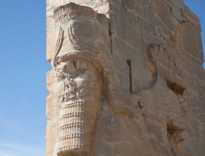長長鬍子的人頭,常出現在波斯的浮雕上
