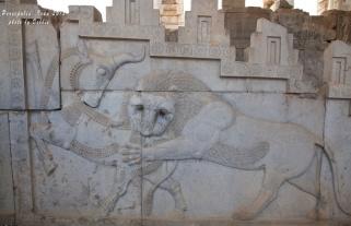瑣羅亞斯得教象徵新一年開始的雕刻,春分(3月21日)那天獅子(春天)咬著公牛(冬天)代表春天來了,所以伊朗的新年是3月21日