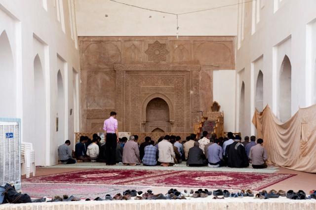 剛好是禮拜時間,男性穆斯林都在祈禱