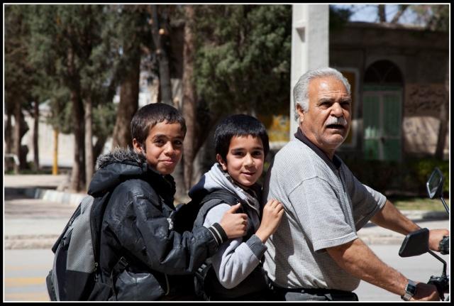 清真寺門外騎電單車的三父子