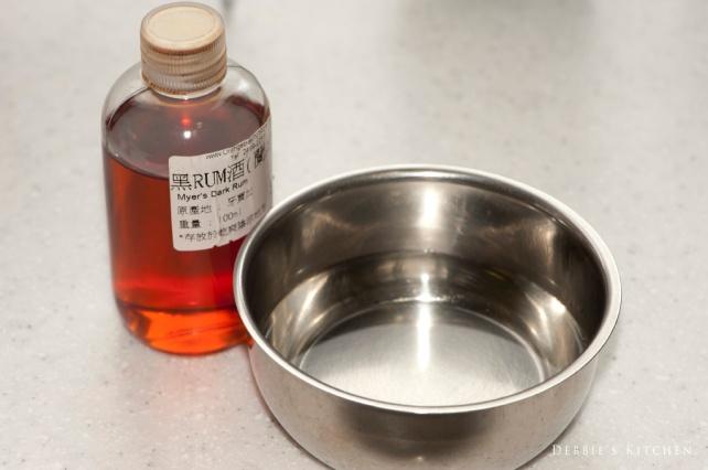 1. 把水和砂糖煮成糖水,放涼後加入Rum酒備用。