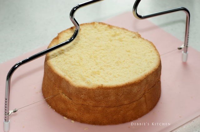 2. 將海綿蛋糕橫切成2片,並在每片蛋糕上面掃上酒糖液,然後用抹刀抹上鮮忌廉,放上切好的草莓片。