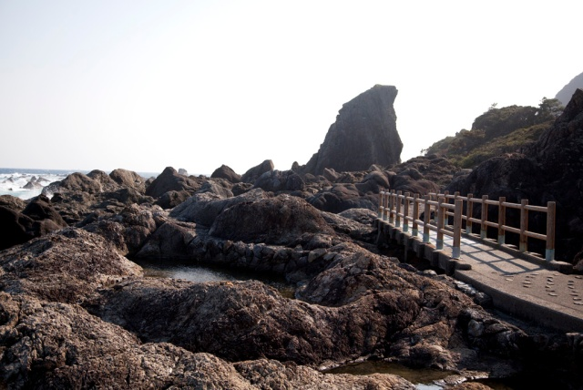 Pothole 壼穴-經過長時間被海浪磨蝕,石塊形成了圓形的坑洞