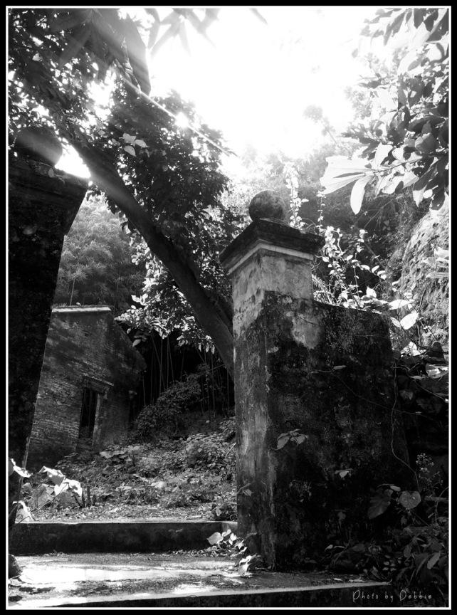 寺內荒廢了的磚屋