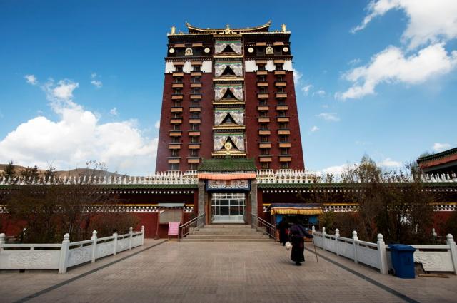 樓高共九層的米拉日巴佛閣