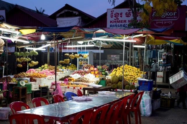 街上很多賣水果的小販