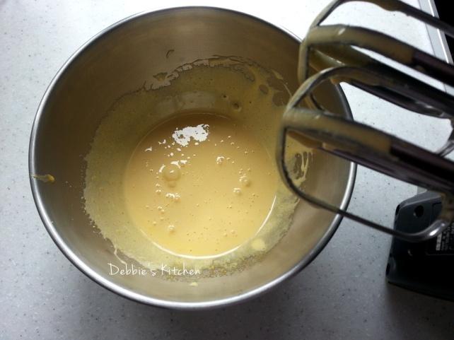 調理盤內放入蛋黃和幼砂糖,用電動打蛋器充分打至黃白色。
