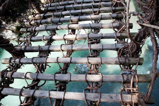 橋上的踏板與踏板之間的縫隙很濶