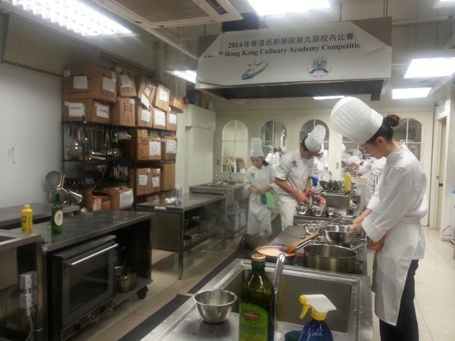 廚房內,我們十人都在忙著預備材料