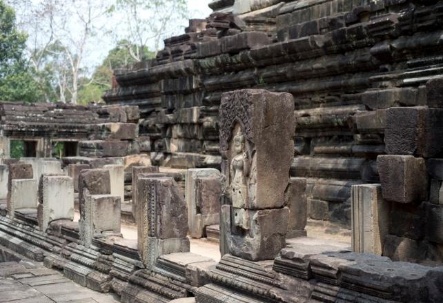 有些倒塌的柱子仍可看見神像的浮雕