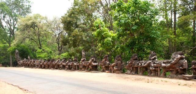 勝利之門兩旁的雕像