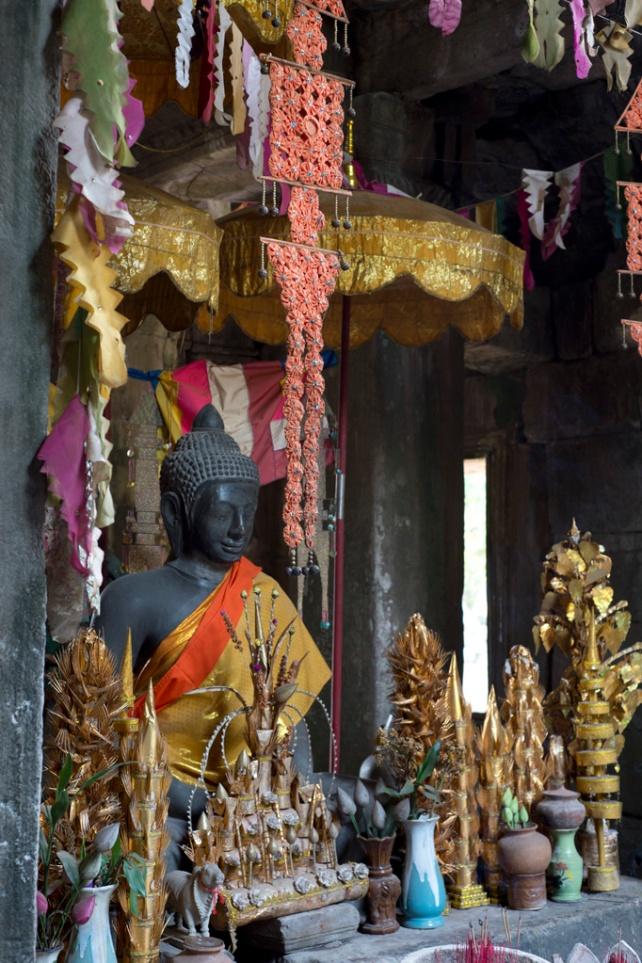 在走廊之間有佛像供膜拜