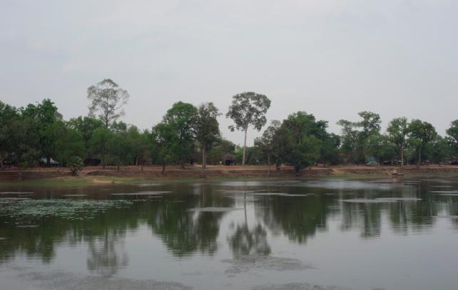倒影映照在平靜的湖水上