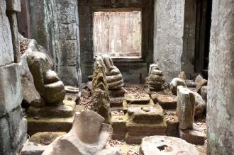 廟內被破壞了的佛像,頭部全被盜走