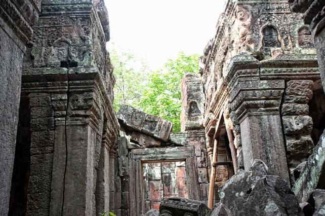 斑蒂喀黛寺廟內保存得不太好,有不少倒塌了的牆壁