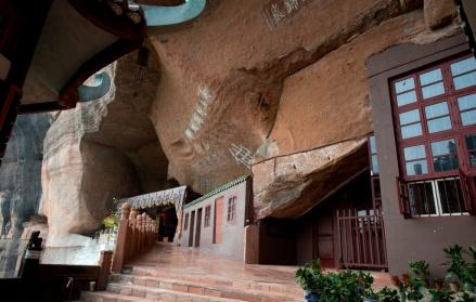 岩石缝隙間的錦石岩寺,岩石就是天然的大殿屋頂