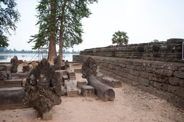 浴池前平台上有七頭蛇納加(Naga)和石獅靜靜地守護著