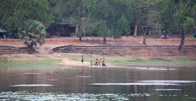小朋友跳進湖中嬉水