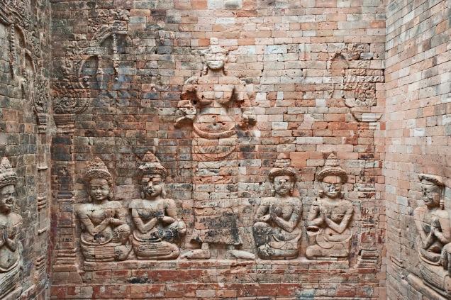 化身為八隻手臂的毗濕奴,圍繞在旁邊有一尊尊小雕像