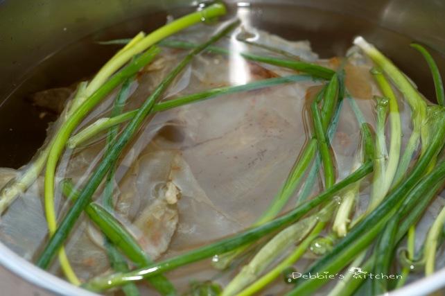 加薑、蔥,注入冷水蓋過花膠為止,開火,煮至水滾,熄火,蓋上煲蓋,焗至水涼。