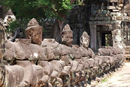 走入寺內,大道兩旁是攪拌乳海阿修羅和天神的石雕