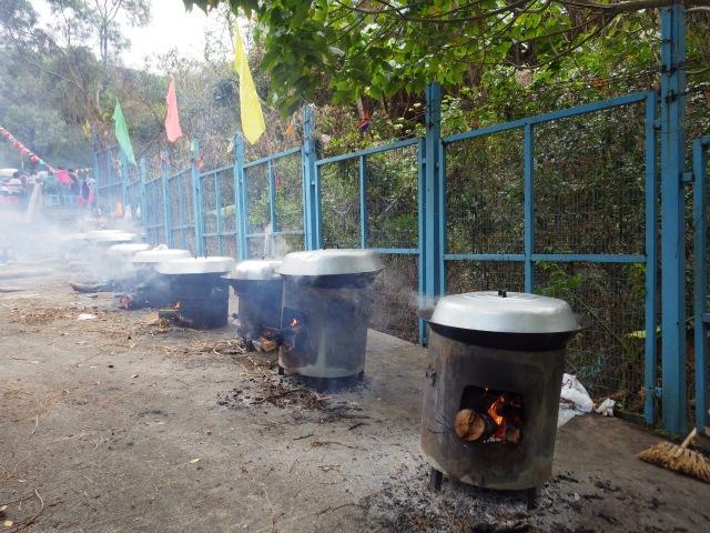 盆菜內一些食材就是在這裏煮