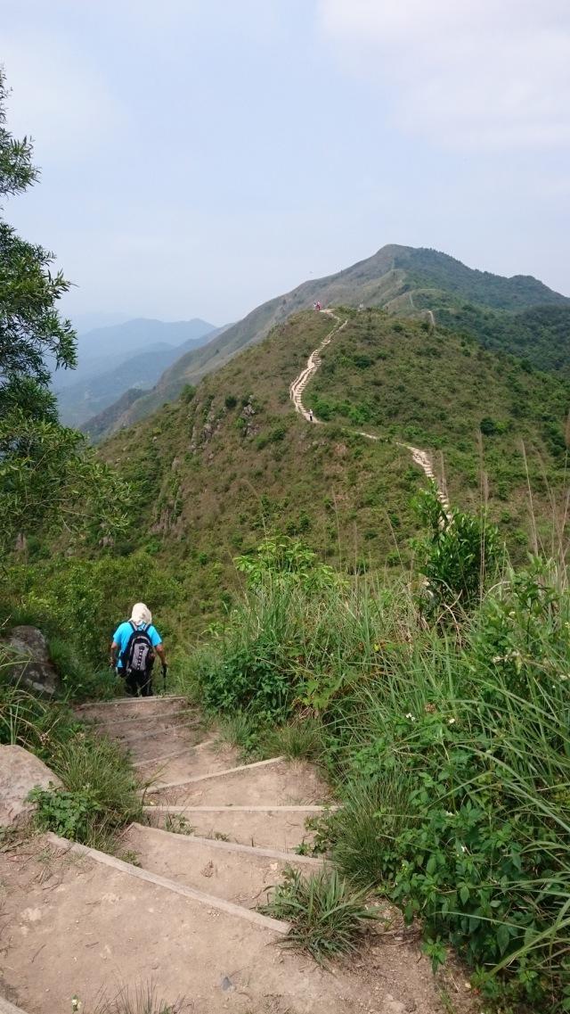 穿過一個又一個山峰