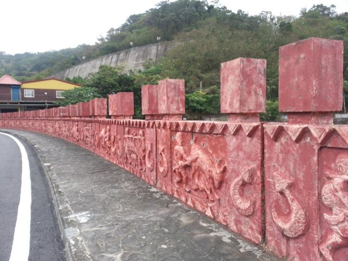 通往牡丹水庫的道路旁有少數族特色的雕刻