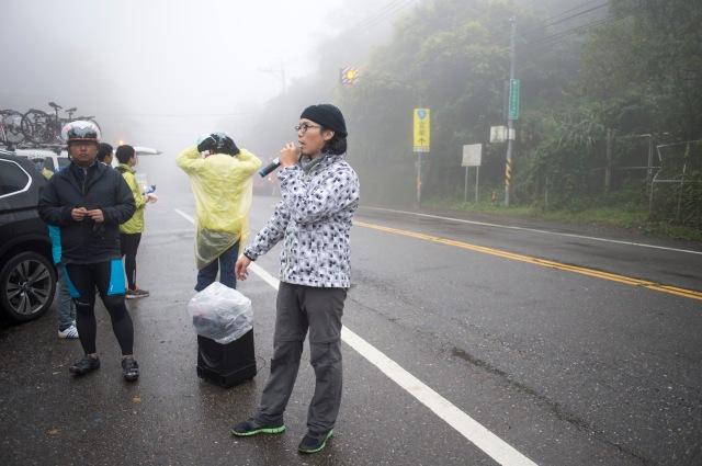 從這裏開始下坡往台北市,為了安全,領隊要逐一放行,確保行車距離