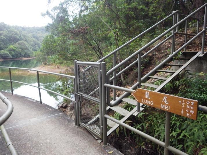 往龍尾方向,經過十塱灌溉水塘