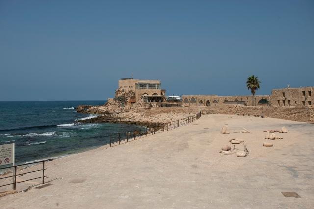 地中海蔚藍的海水和藍色的天空襯托著凱撒利亞