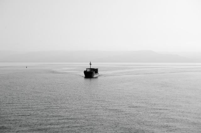行走在加利利湖仿造耶穌時代的捕魚船