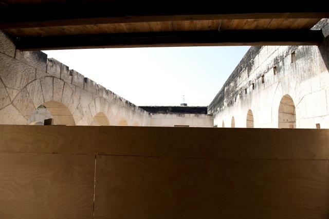 教堂部份建築被燒毀,現正進行維修,圍起了木板