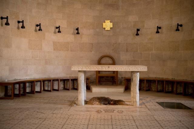 祭壇下是一塊石灰岩稱為基督之桌,基督之桌前面就是修復後的五餅二魚馬賽克