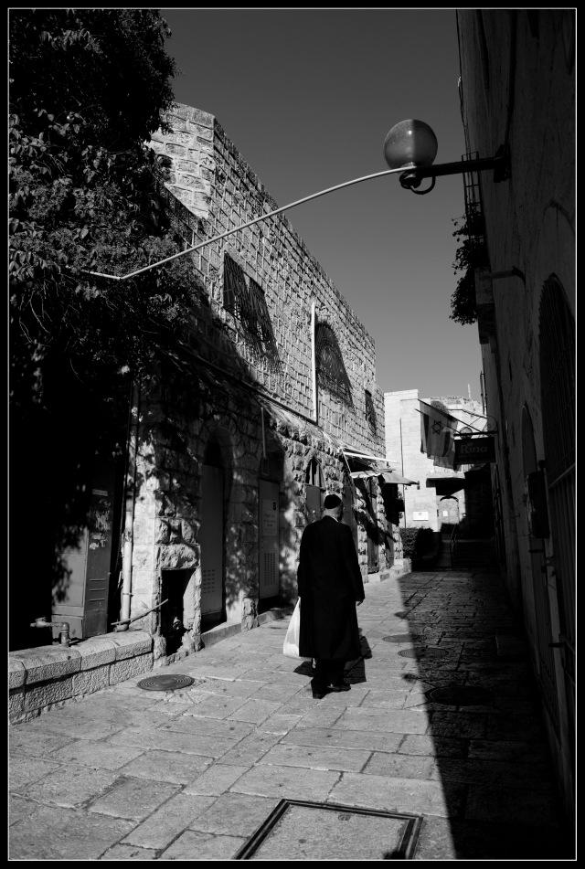往哭牆經過舊城的街道,一位穿猶太教裝束的男子