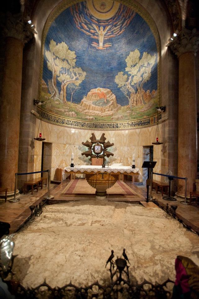 教堂的聖壇建立於耶穌最後一晚禱告的大石上