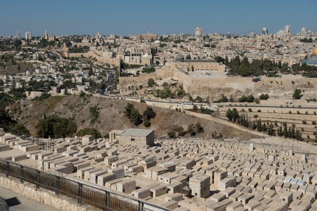 前面就是猶太墓地