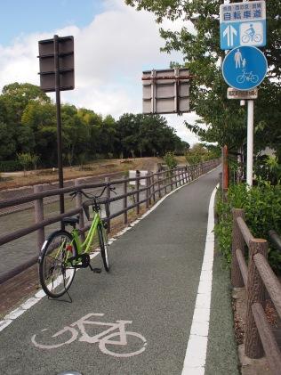 沿河邊有一段單車徑,之後出馬路