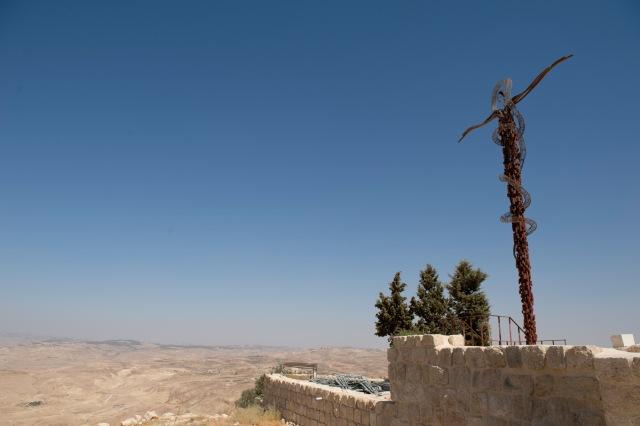尼波山的地標銅蛇雕塑