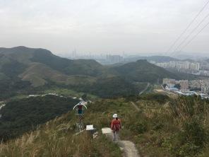 右邊是深圳,左邊是蓮蔴坑村